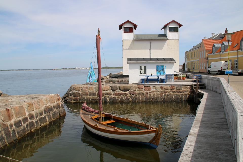 Лодка Aage Oberg Utzon. В глубине - галерея и маяк, г. Лёгстёр / Løgstør, Дания