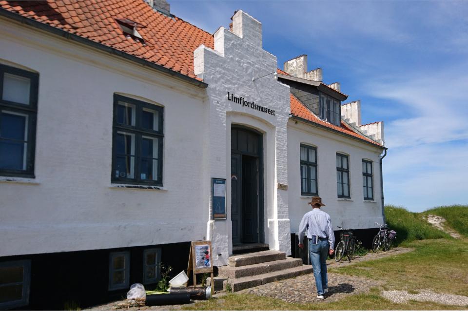 У входа в музей Лимфьорд (Limfjordsmuseet)