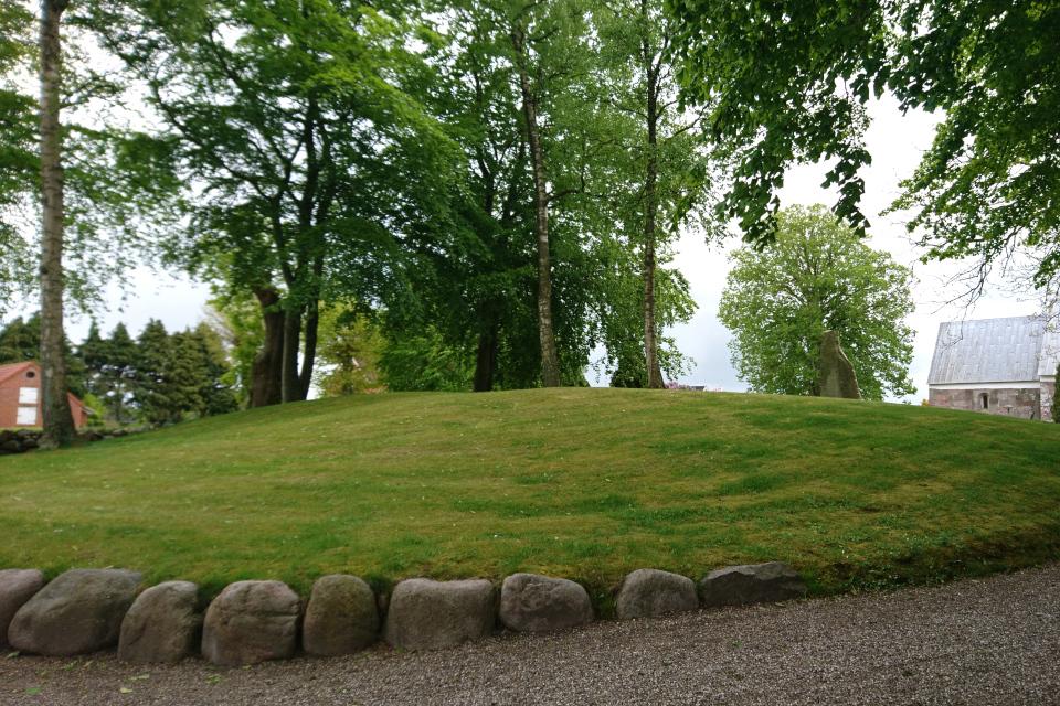 Каменный кромлех у основания кургана в рунным камнем, Дания