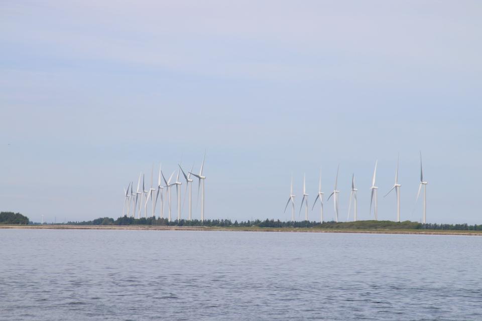 Ветряные мельницы на противоположном берегу пролива Лимфьорд