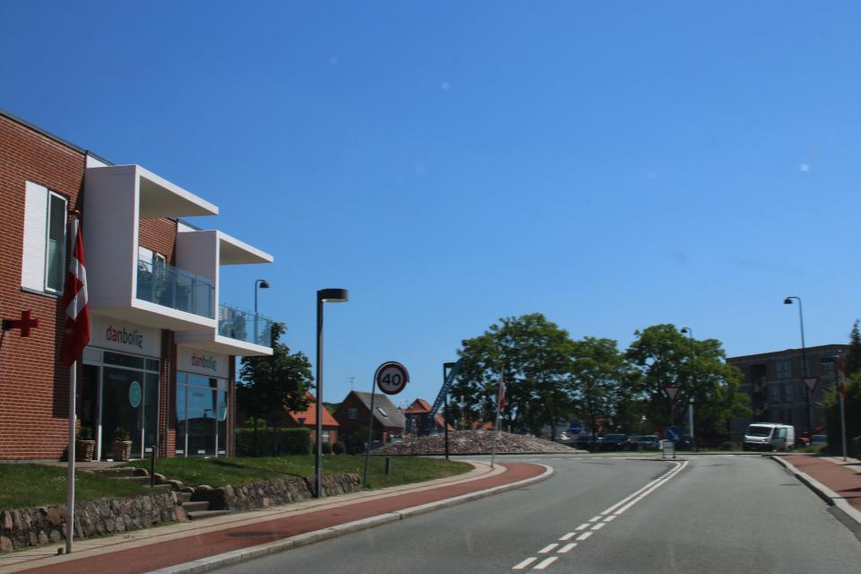 Датские флаги вдоль дороги, проходящей кольцевую развязку. Фото 15 июня 2020