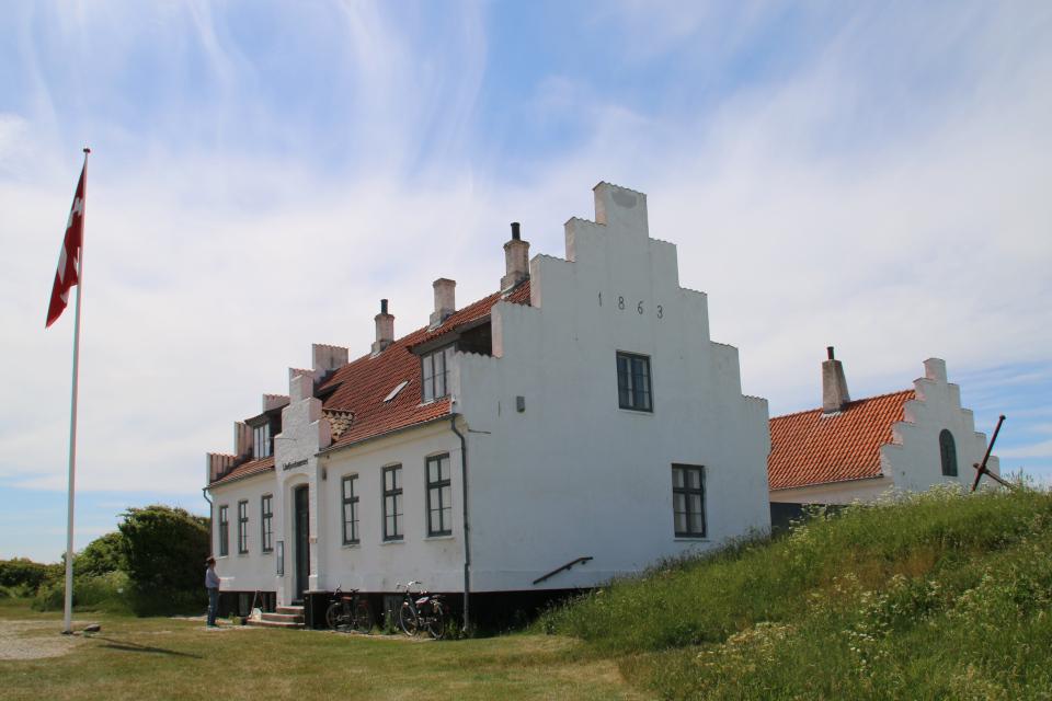 Дом управляющего каналом и в глубине - дом штурмана, Дания