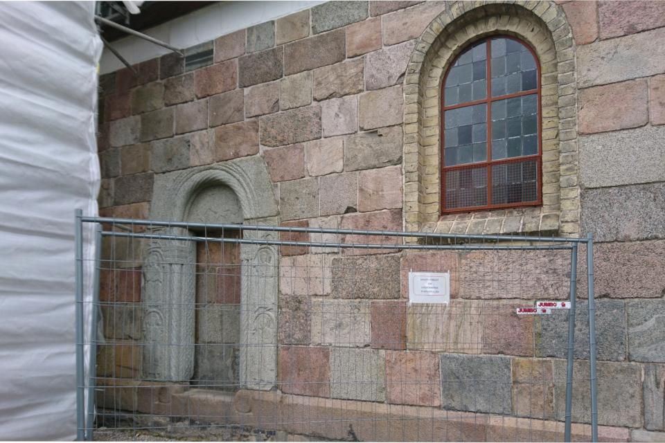 Замурованная входная дверь в церковь Римсё / Rimsø Kirke, Дания