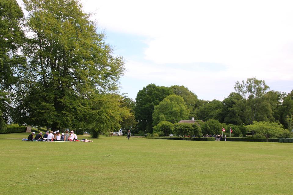 Студенты - выпускники гимназии в мемориальном парке г. Орхус / Aarhus, Дания