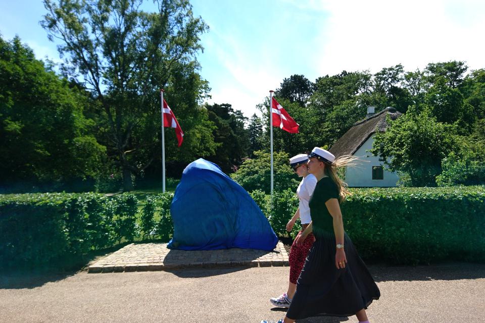Студенты возле камня воссоединения, мемориальный парк Орхус