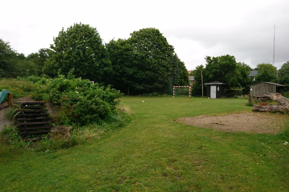 Детская площадка с горкой, футбольное поле, место для гриля и туалет