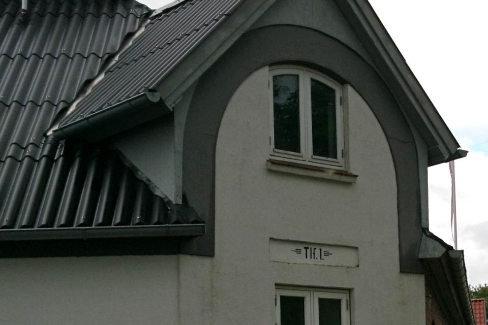 Номер телефона 1 на фасаде старого дома, г. Алкен / Alken, Дания