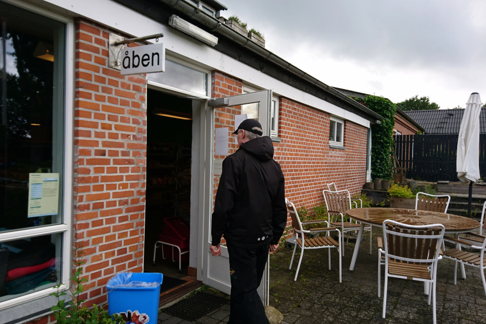 """На табличке у входа в магазин написано: """"Открыто"""" (дат. """"Åben"""")"""