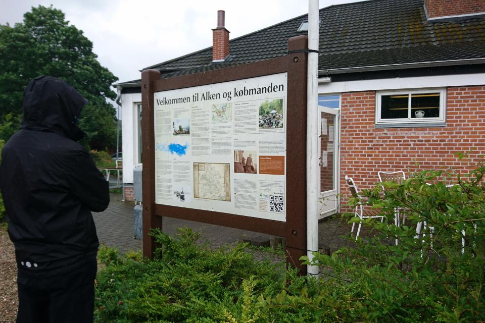 Информационный щит возле магазинчика, сделанный добровольцами города