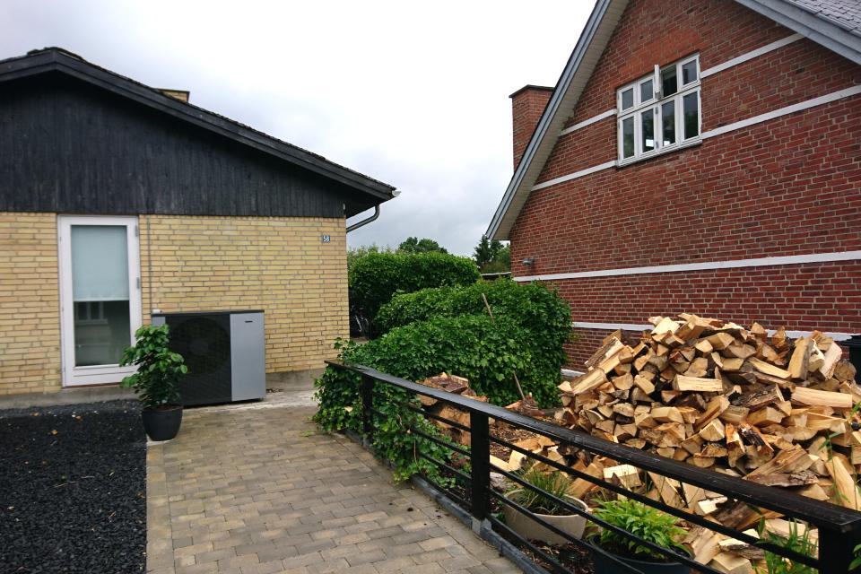 Тепловой насос (дат. varmepumpe) и дрова для отопления дома