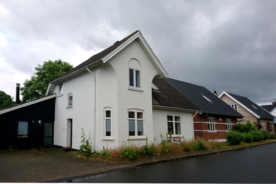 Дома вдоль центральной улицы города Алкен / Alken, Дания. Фото 20 июн. 2020