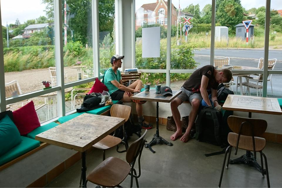 Маленькое кафе с видом на ж/д. Фото 30 июн. 2020, г. Алкен / Alken, Дания