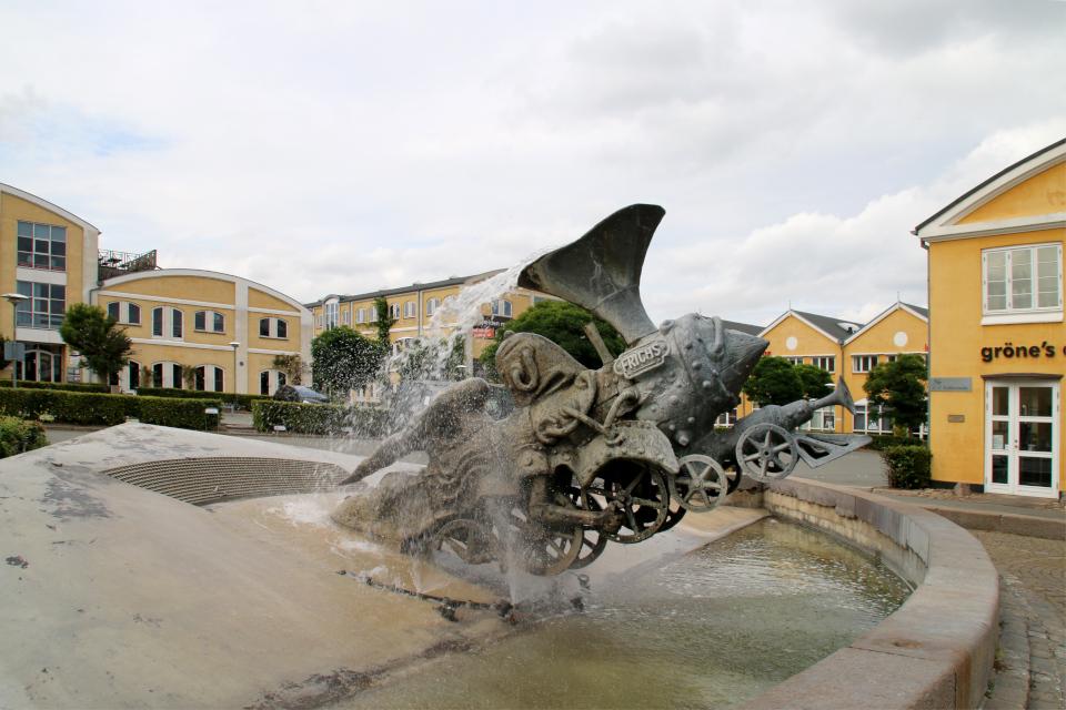 Взбесившийся паровоз Петра Рейхет в парке Frichsparken, г. Орхус / Aarhus