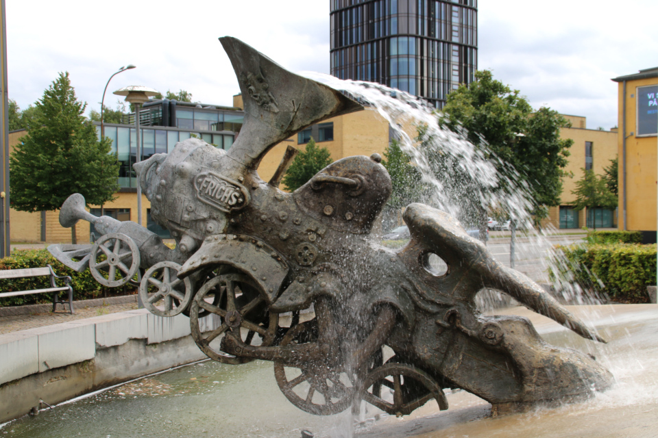 Фонтан Взбесившийся паровоз Петра Рейхет с другой стороны в парке Frichsparken