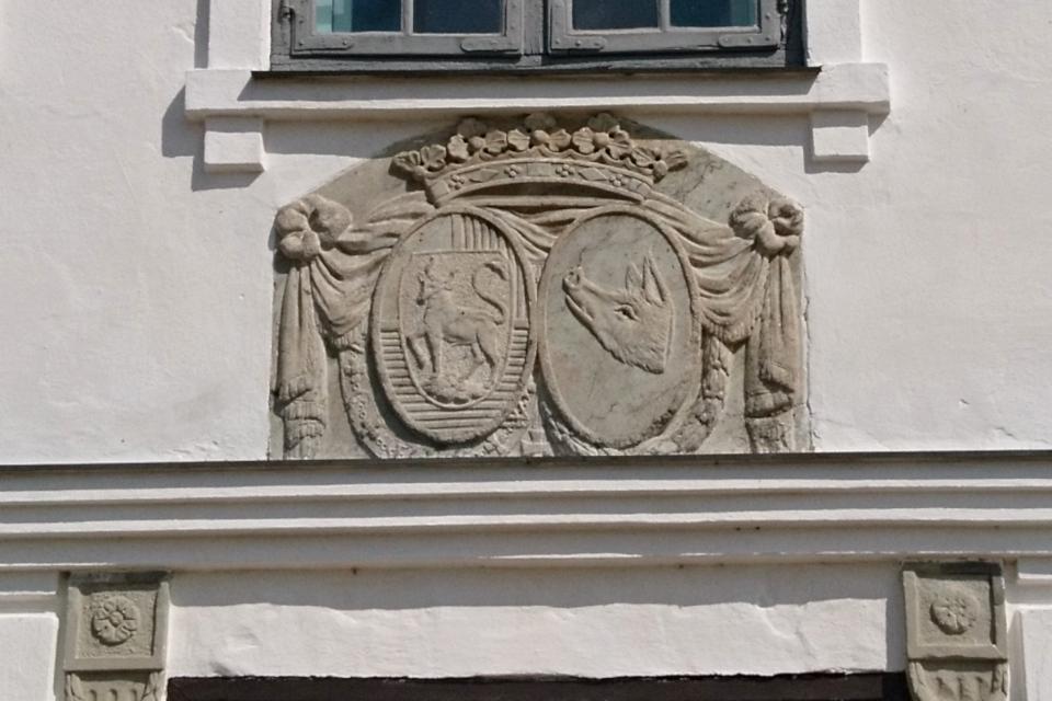 Гербы с изображением быка с двумя хвостами и свиньи