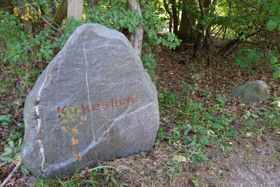 """Камень с надписью """"церковная дорожка"""" (дат. kirkestien)"""