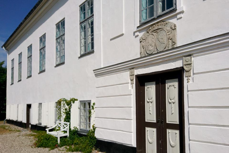 Парадная дверь замка Фуссингё, украшенная фамильным гербом