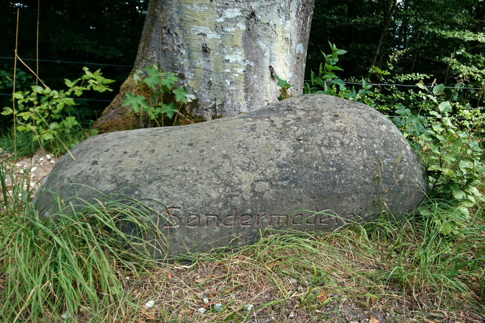 """Камень с надписью """"дорога в местечко на юге"""" (дат. Søndermadevej)"""