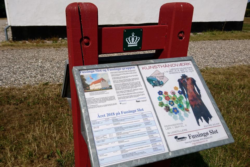 Информационная табличка возле замка Фуссингё (Fussingø Slot)
