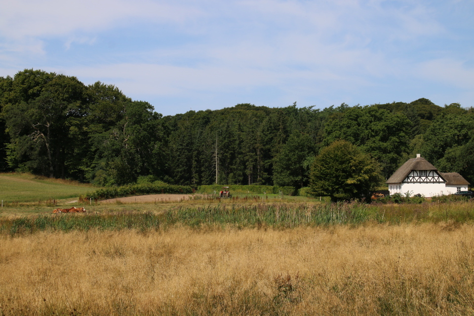 Фахверковый дом возле озера в поместье Фуссингё