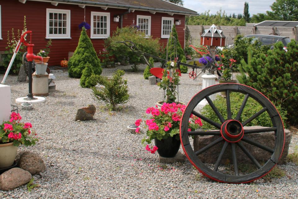 Колодец - колонка для воды, колесо от телеги, солнечные часы, скворечники