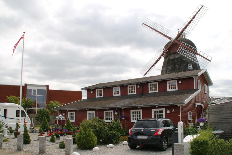 Мельница Рю справа. Слева - школа Mølleskolen
