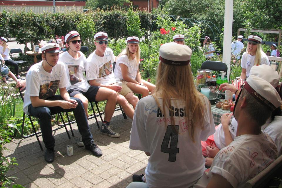 Студенты в именных шапочках. Фото 28 июн. 2012, мой сад, г. Хойбьерг, Дания