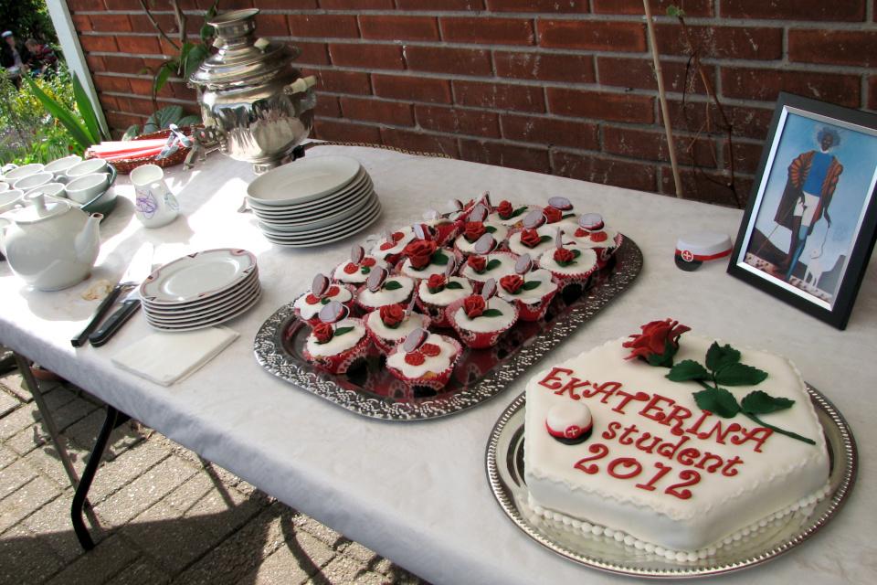 Торт и пирожные со студенческими шапочками и самовар для красоты и уюта