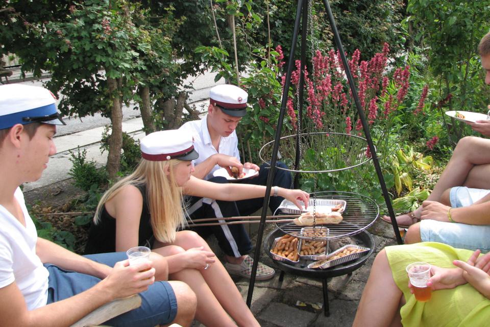 Гриль с сосисками и булочки из теста на палочках
