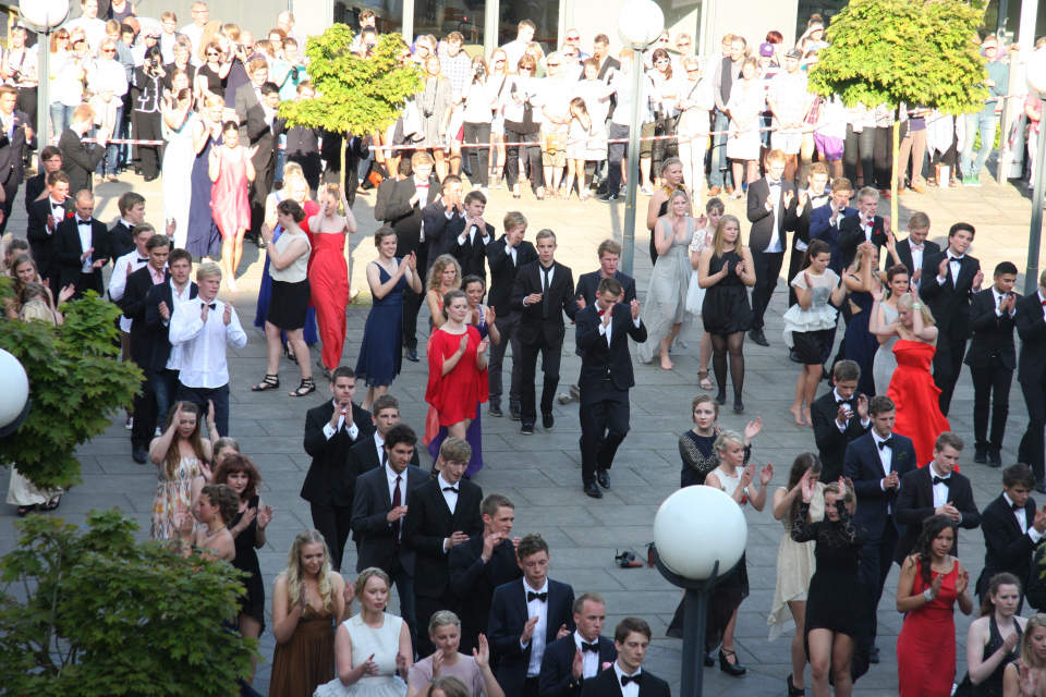 Танцы студентов во дворе гимназии Марселисборг / Marselisborg Gymnasium