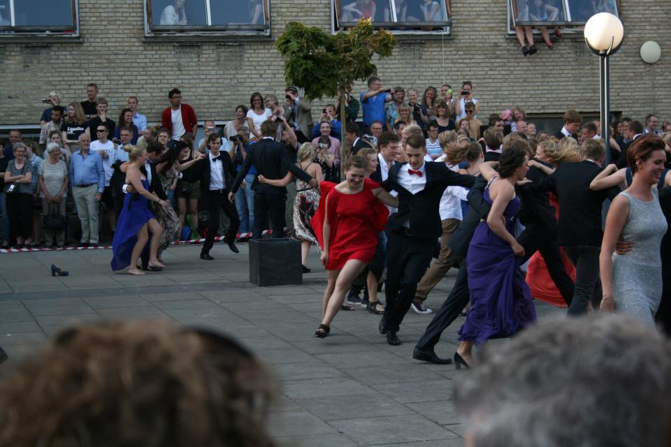 Студенты танцуют со своими друзьями. Фото 22 июн. 2012, гимназия Марселисборг