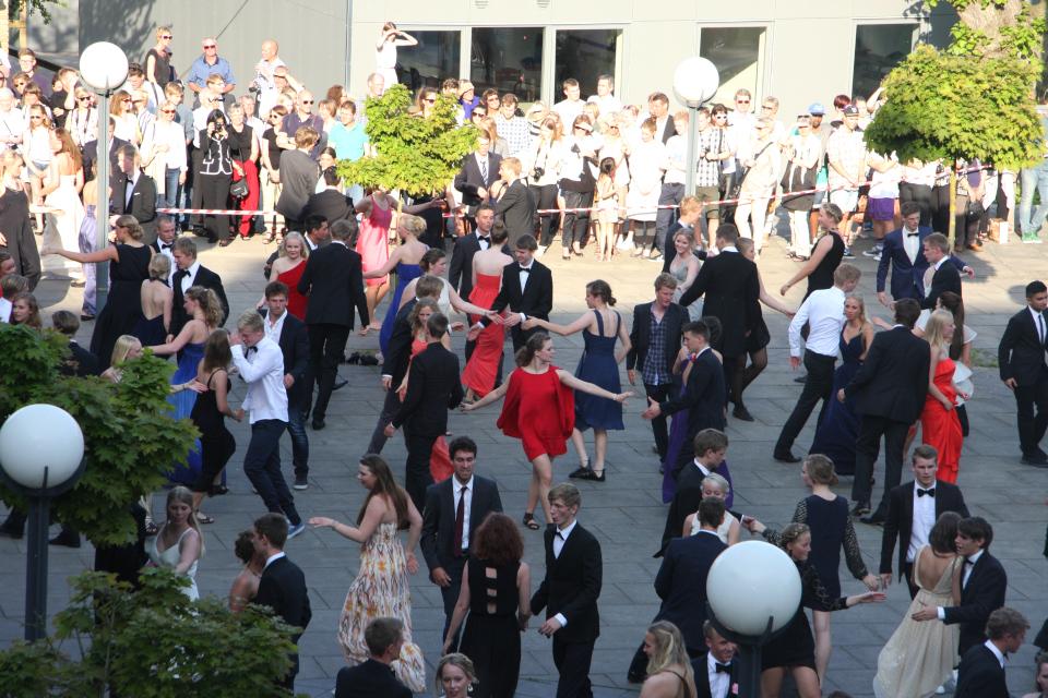 Студенты танцуют со своими друзьями. Фото 22 июн. 2012, гимназия