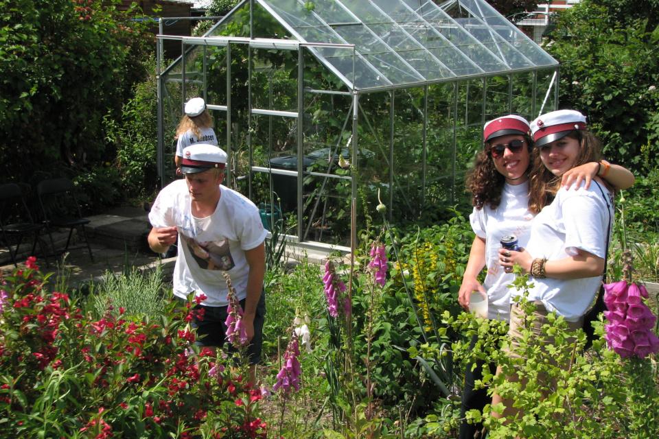 С пивом по саду. Фото 28 июн. 2012, мой сад, г. Хойбьерг / Højbjerg, Дания