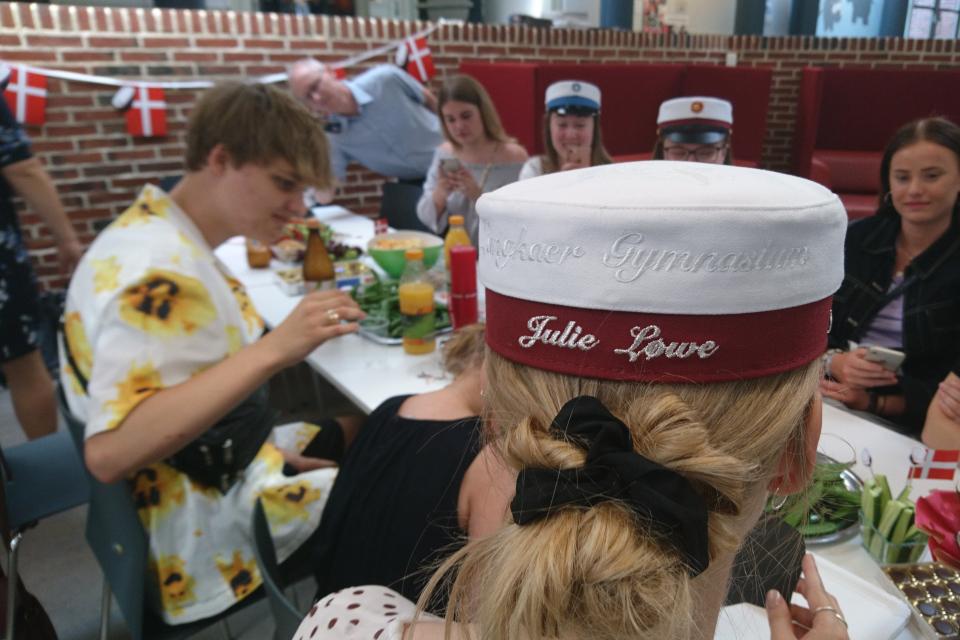Обратная сторона студенческой шапки с вышитыми именем, фамилией