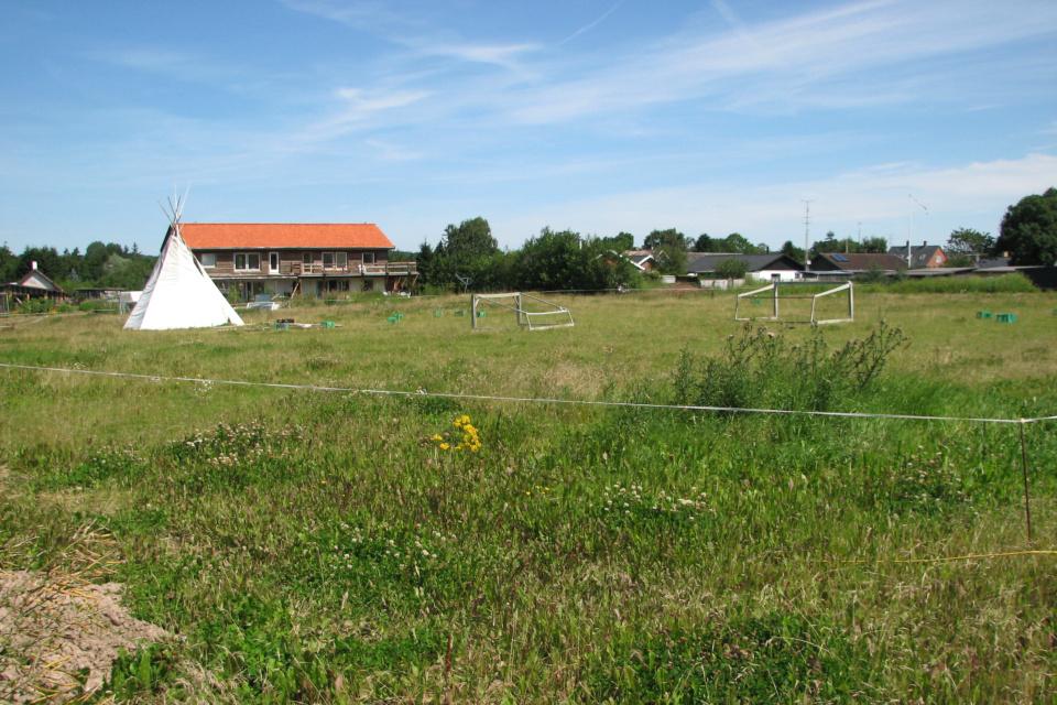 Футбольное поле и с палатками для детей