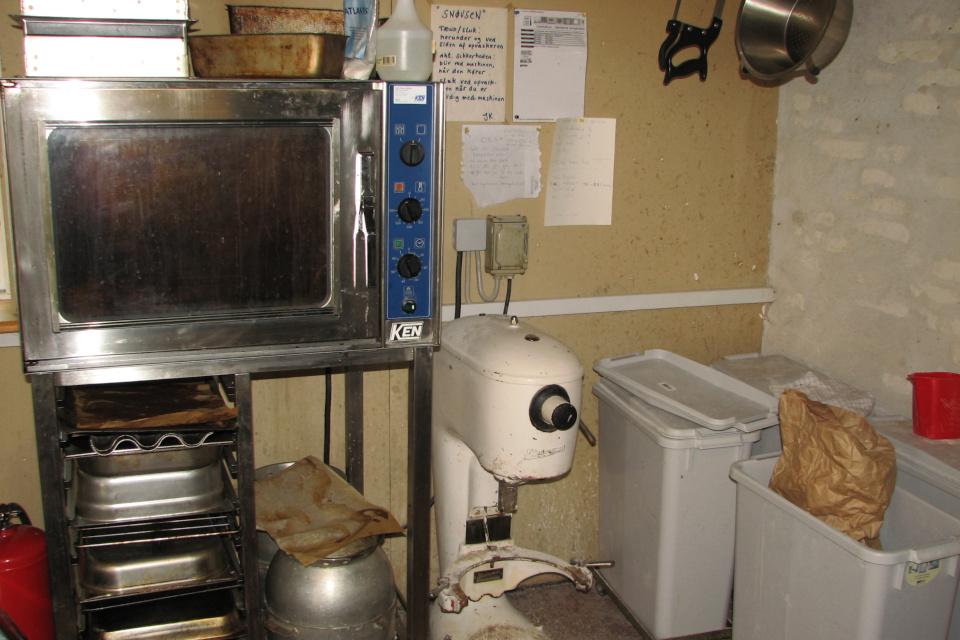Печь и другие кухонные принадлежности. На стене - инструкции