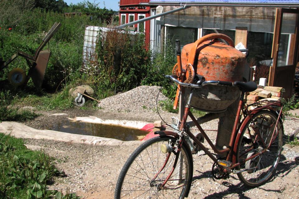 Велосипед используется в строительном процессе