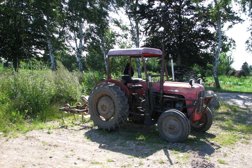 Трактор возле огородов
