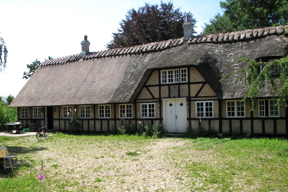 Фахверковый дом с соломенной крышей, в котором раньше жил хозяин двора