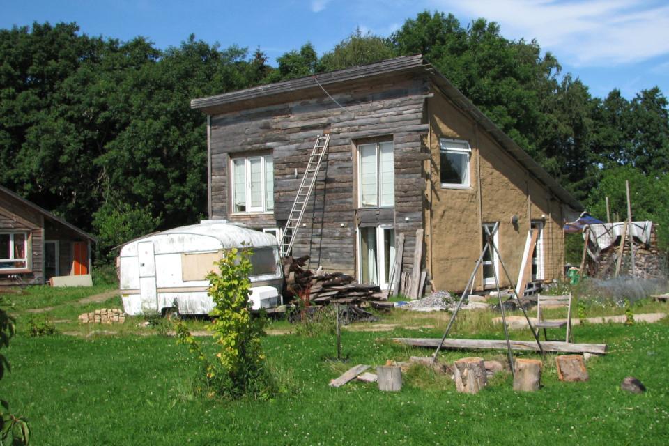 Строительство глинобитного дома с последующей обшивкой деревянными досками