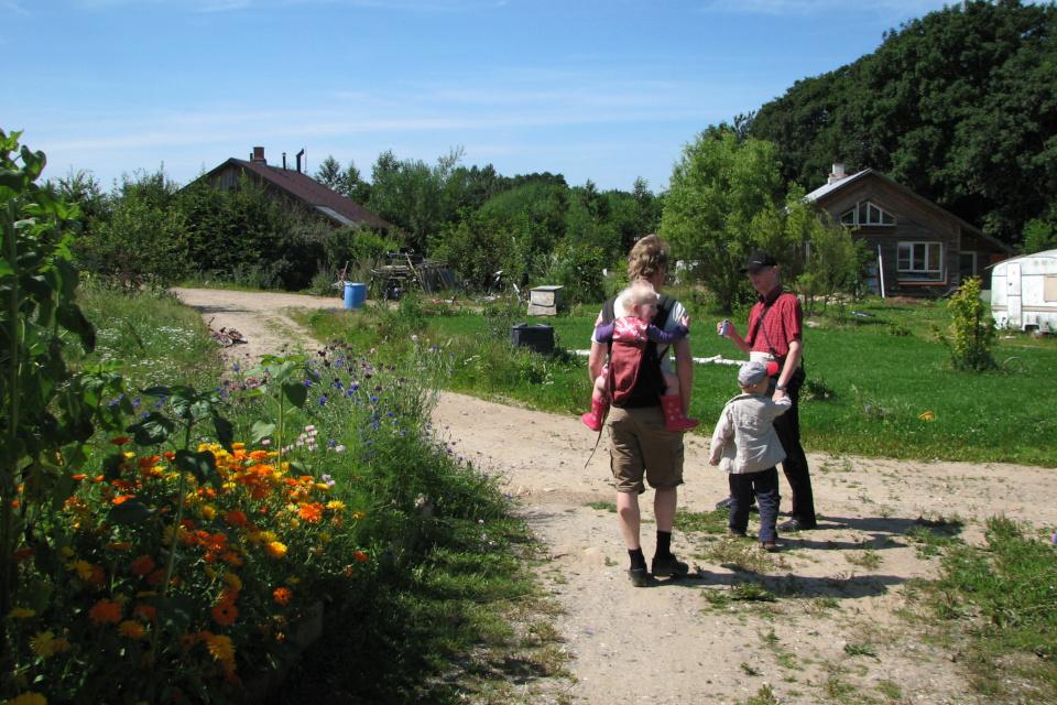 Улочки между домами в жилой зоне самодостаточной эко-деревни Хойгорд