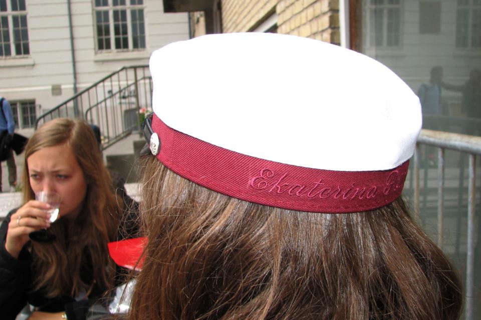 Обратная сторона студенческой шапки с вышитым именем и фамилией