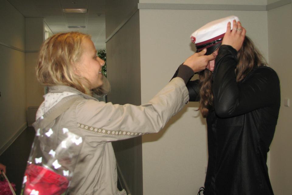 Вручение студенческой шапки после сдачи последнего экзамена
