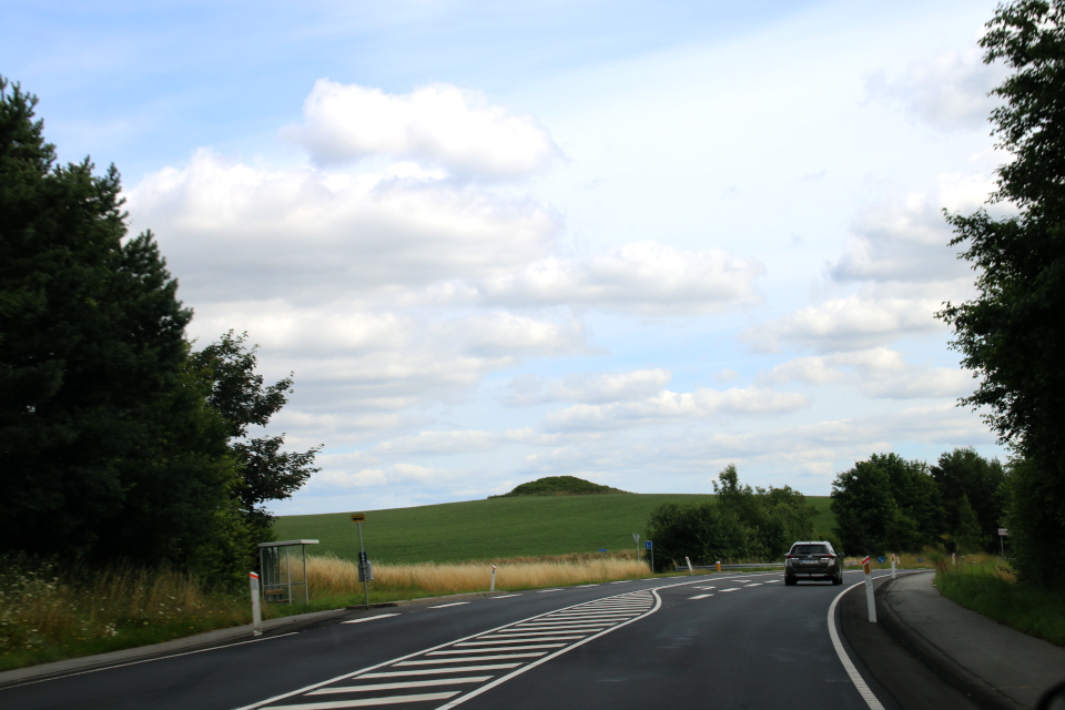 Курган возле дороги недалеко то г. Алкен / Alken, Дания