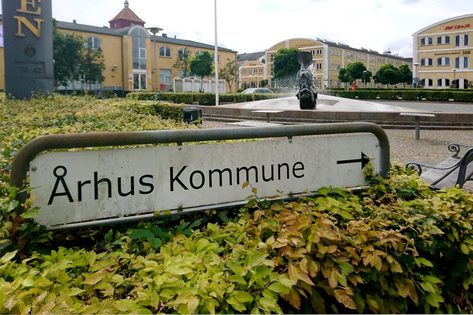 """Табличка с текстом """"Муниципалитет Орхуса"""" (дат. Århus Kommune)"""