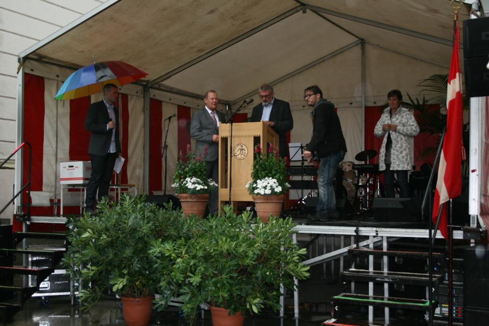 Трибуна, на которой происходило вручение дипломов, с флагом Даннеброг