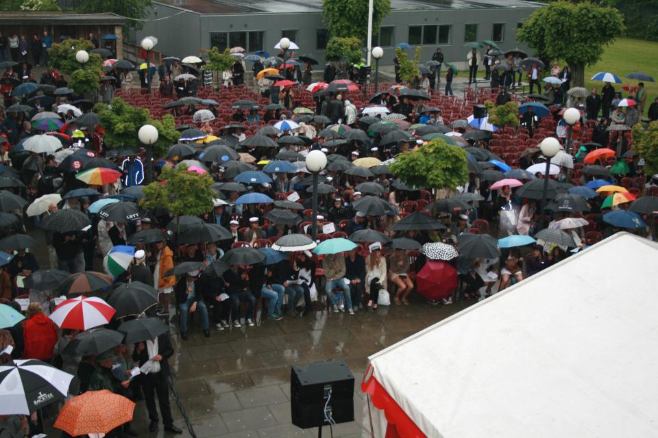 Вручение дипломов во дворе гимназии Марселисборг