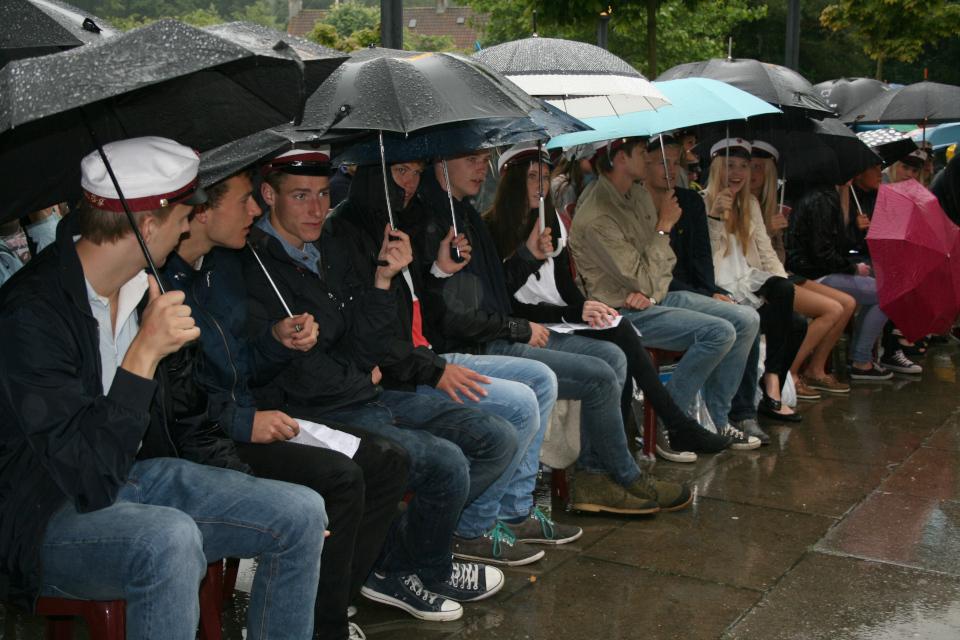 Студенты в ожидании получения своих дипломов