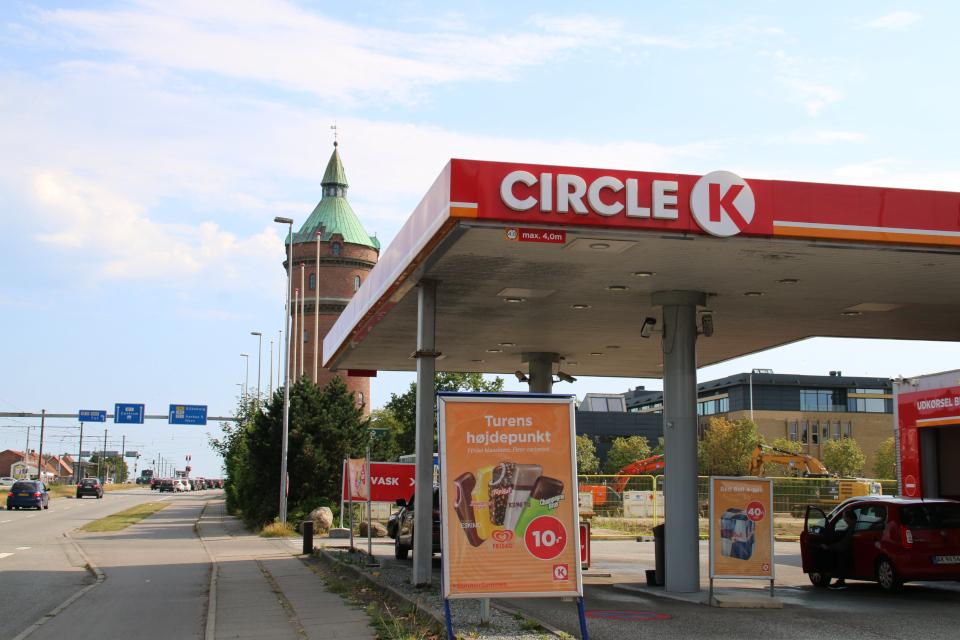 Рекламный щит с мороженым Эскимо возле заправочной станции
