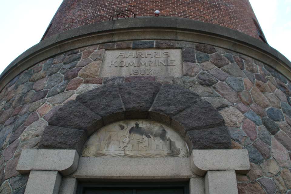 Герб города Орхус и год строительства башни 1907 над входной дверью